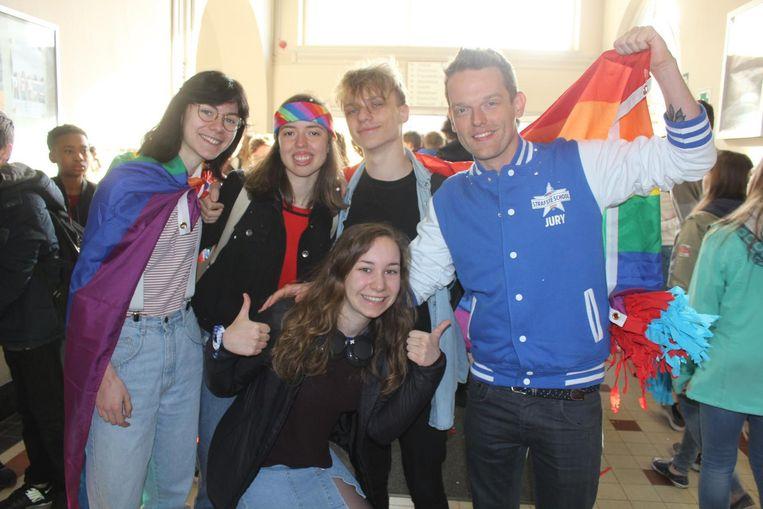 Tom De Cock bij Alicia, Jutta, Leah en Meck die speciaal voor MNM uit de kast kwamen.
