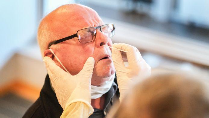 Zo'n sneltest, de neuswisser gaat er diep in, is niet aangenaam. Dat ervaart ook Patrick Teirlynck.