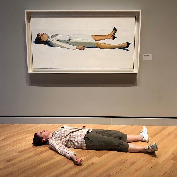 Bezoeker voor het werk 'Supine Woman' van Wayne Thiebaud.