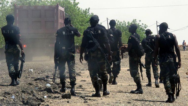Een interventieteam bekijkt de schade in Borno waar een paar dagen geleden 35 mensen werden vermoord. Beeld afp