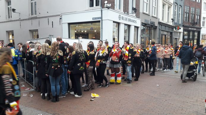 In de rij om op de Korte Putstraat de elfde van de elfde te vieren.