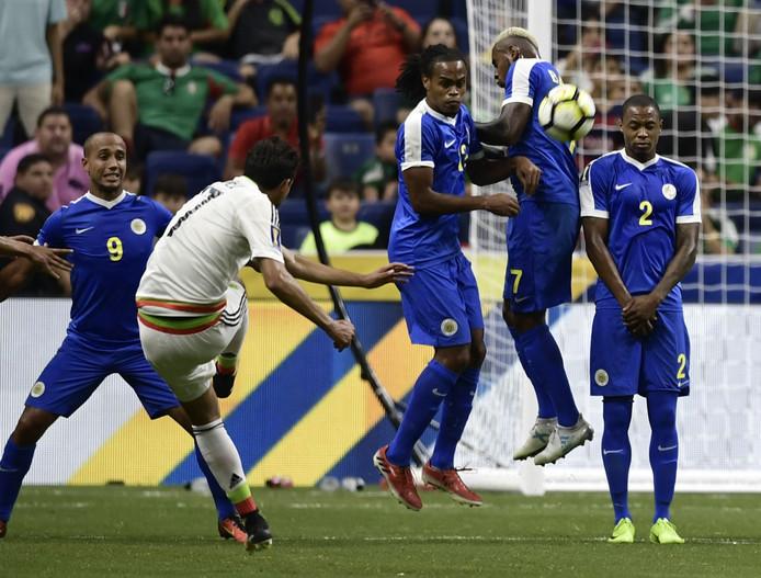 Gino van Kessel, Shanon Carmelia, Quentin Jakoba en Dustley Mulder proberen een schot van Mexicaan Raul Lopez te pareren