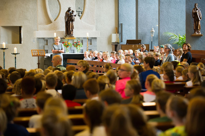 Basisschool De Griffioen in Prinsenbeek opent het schooljaar traditioneel in de kerk met een viering. foto: Else Loof / Pix4Profs