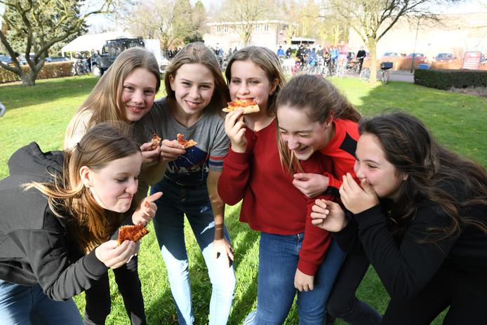 Gratis pizza's voor de Cambreurse jeugd ter promotie van het jeugdcarnaval in Dongen.