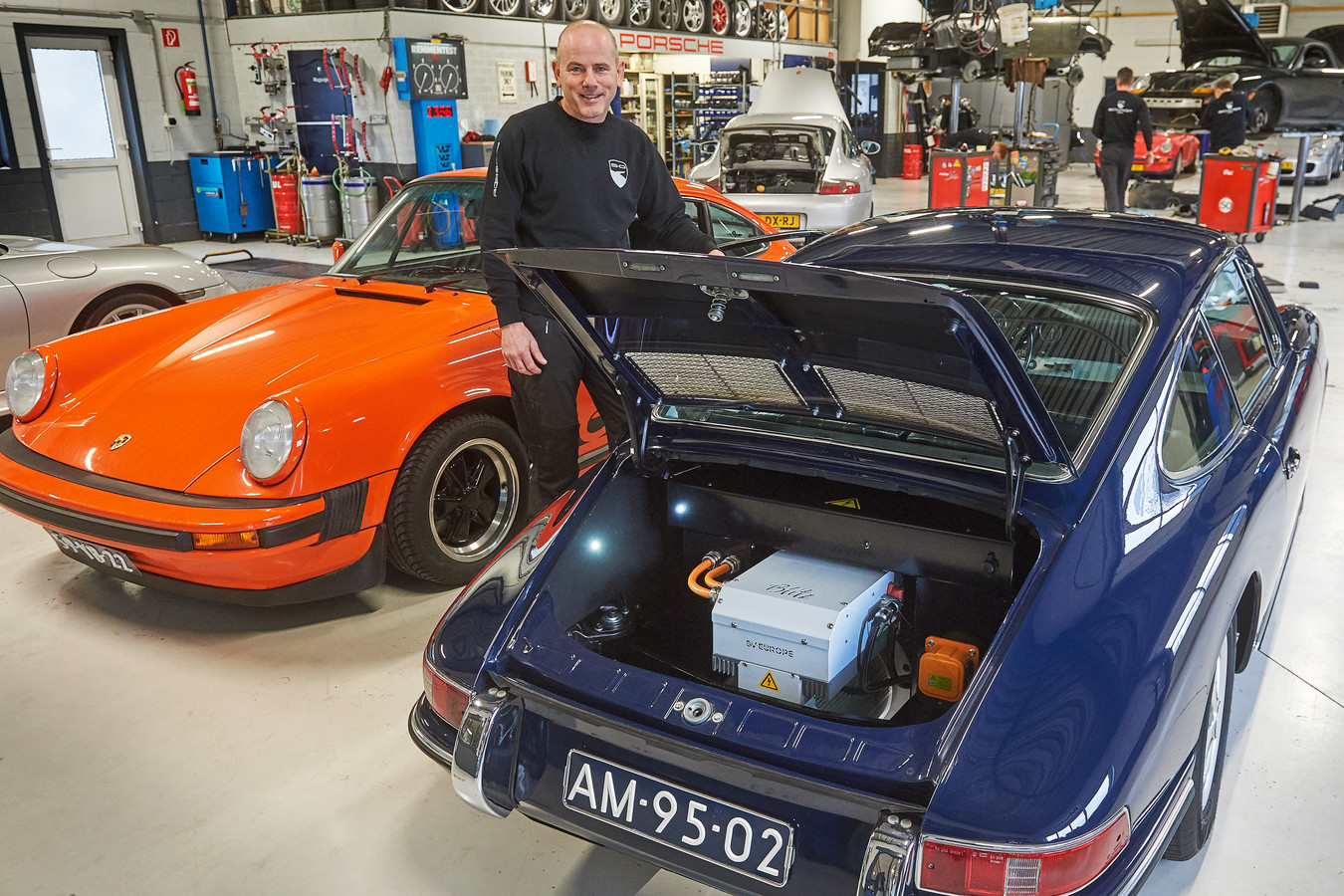 Frank Schmidt van Schmidt Porsche te Oss heeft de eerste elektrische Porsche van Nederland gemaakt. Fotograaf: Van Assendelft/Jeroen Appels