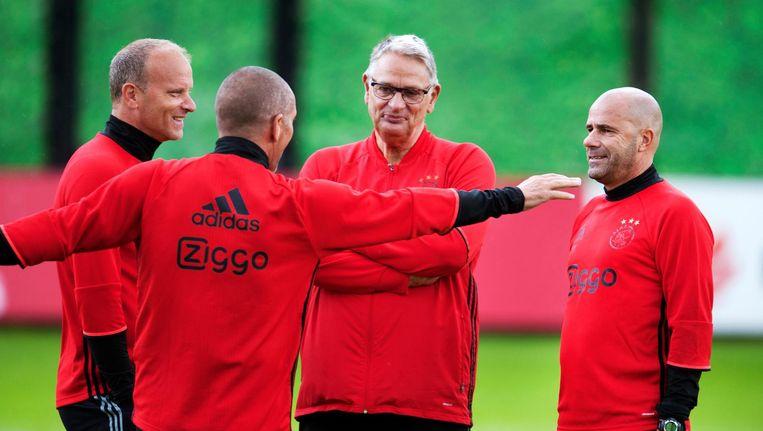 Peter Bosz in overleg met zijn technische staf bij Ajax. Beeld ANP