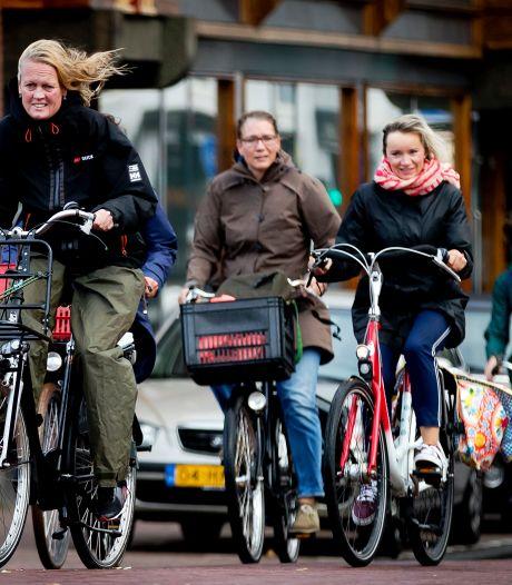 Mogen meer dan twee fietsers naast elkaar rijden?