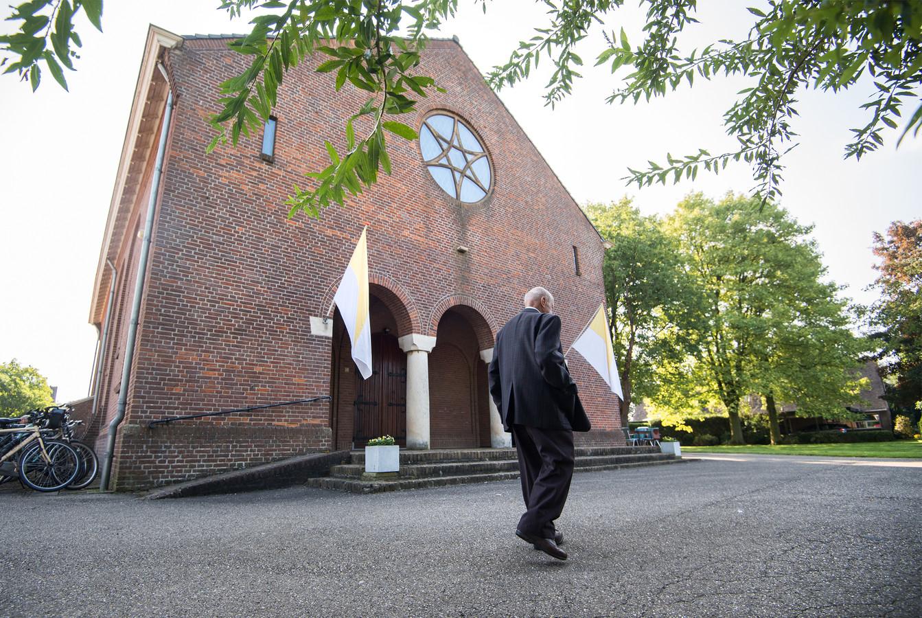 In de katholieke kerk in Indoornik is nog maar maandelijks een weekendviering , die wordt verzorgd door parochianen.