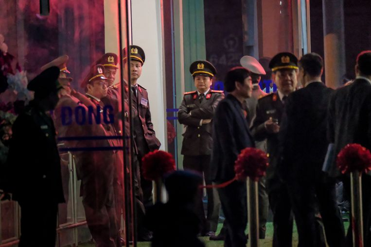 Vietnamese militairen staan paraat voor de aankomst van Kim Jong-un bij station Dong Dang. Beeld Getty Images