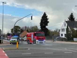 Opruimwerk voor brandweer nadat aannemer lading kiezelstenen verliest op kruispunt Vijfhuizen