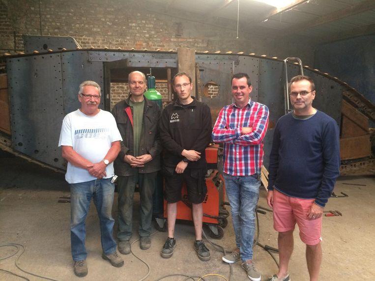 De tank-crew: Dirk Vinck, Herman Persyn, Stijn Butaye, Kris Vandewalle en Luc Vanbeselaere.
