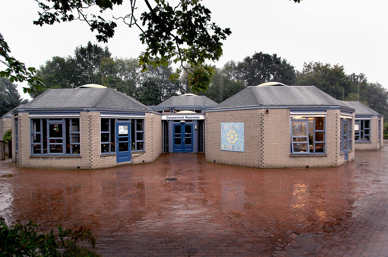 De gebouwen van de oude basisschool aan de Steenhoek in Rozendaal op archiefbeeld.