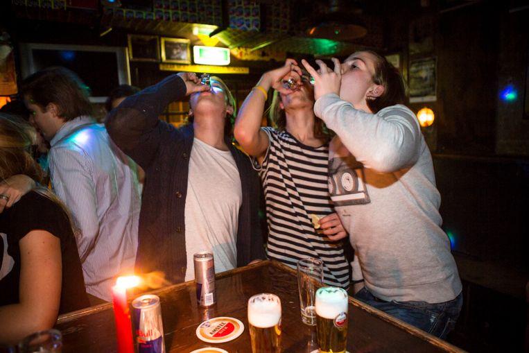 Drinkende pubers in de kroeg. Beeld Julius Schrank