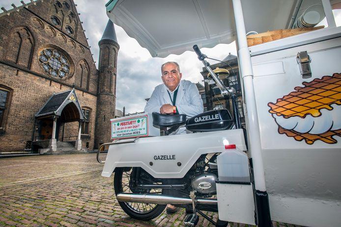 IJscoman Moes op zijn vaste stek op het Binnenhof. Hij moet door de nieuwe regels zijn ouwe trouwe 2-tact IJscokar voorzien van een 4-tact motor.