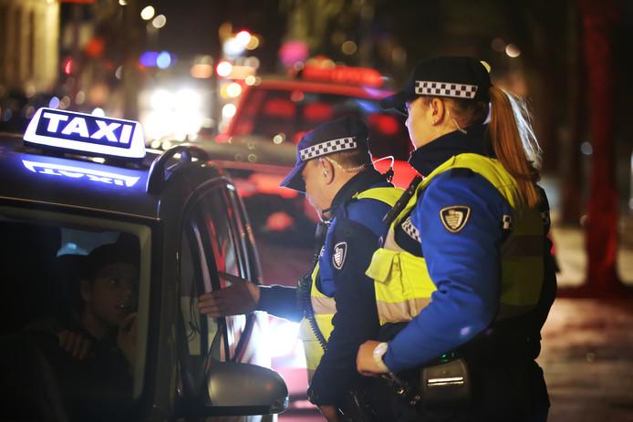 Controle tijdens de carnavalsnacht in het Kielegat, op de gewraakte taxistandplaats Nieuwe Prinsenkade.
