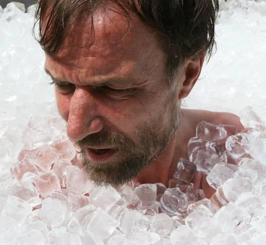 De Ice-man tijdens zijn recordpoging in ijs staan.