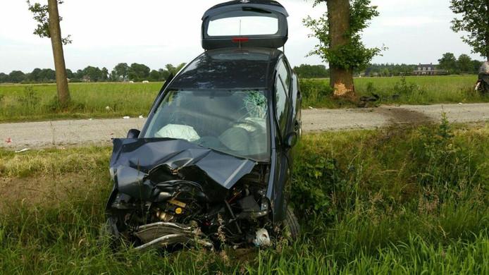 De auto liep bij de knal tegen de boom forse schade op.