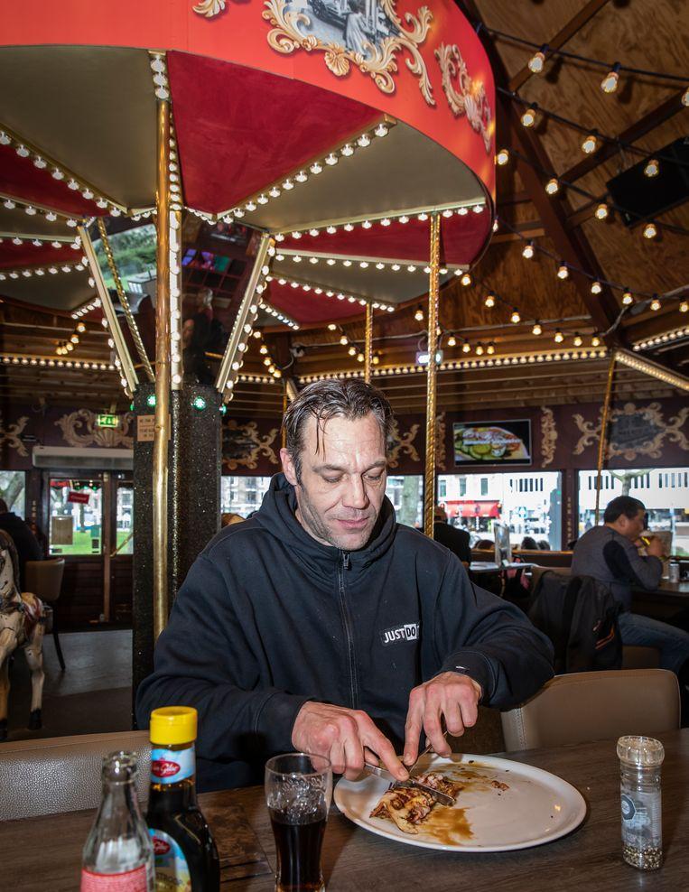 Reinier Verbeek, die als 5-jarige al met zijn opa naar De Carrousel kwam, eet een spekpannenkoek. Beeld Dingena Mol