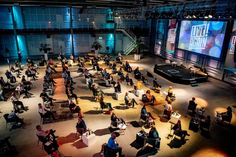 Prinses Laurentien bij het eerste allereerste coronaproof-livecongres. Precies honderd stoelen staan op keurig 1,5 meter afstand, er is een bar met speciale uitgiftepunten en tafels met kuchschermen.  Beeld Hollandse Hoogte / Robin Utrecht