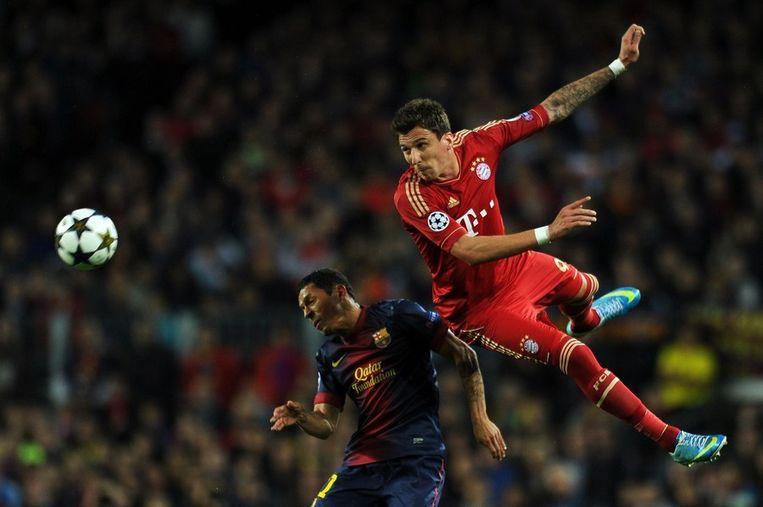 Adriano (links) in actie tegen Bayern München. Beeld afp