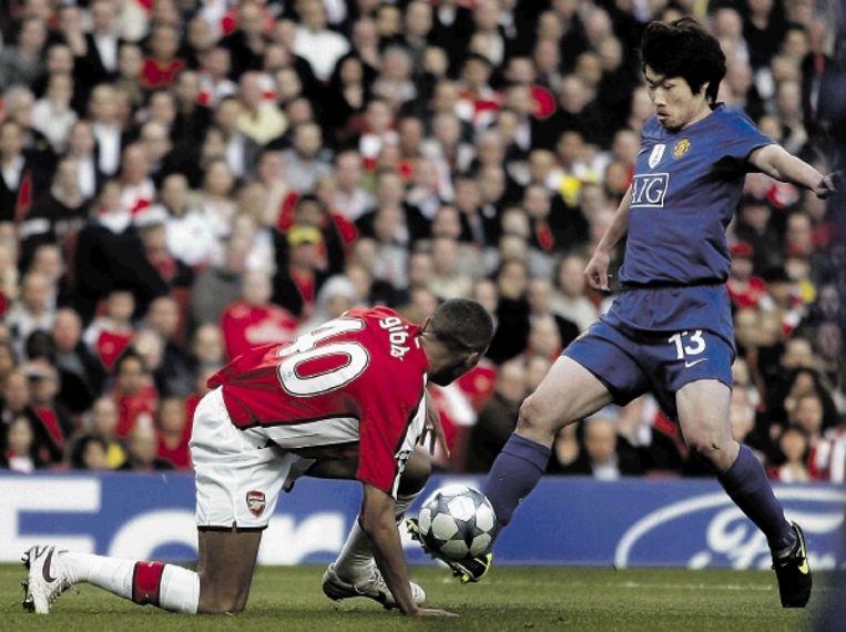 Park profiteert van de glijpartij van Gibbs en zet Manchester United al na acht minuten op een 0-1 voorsprong. ( FOTO AP) Beeld AP