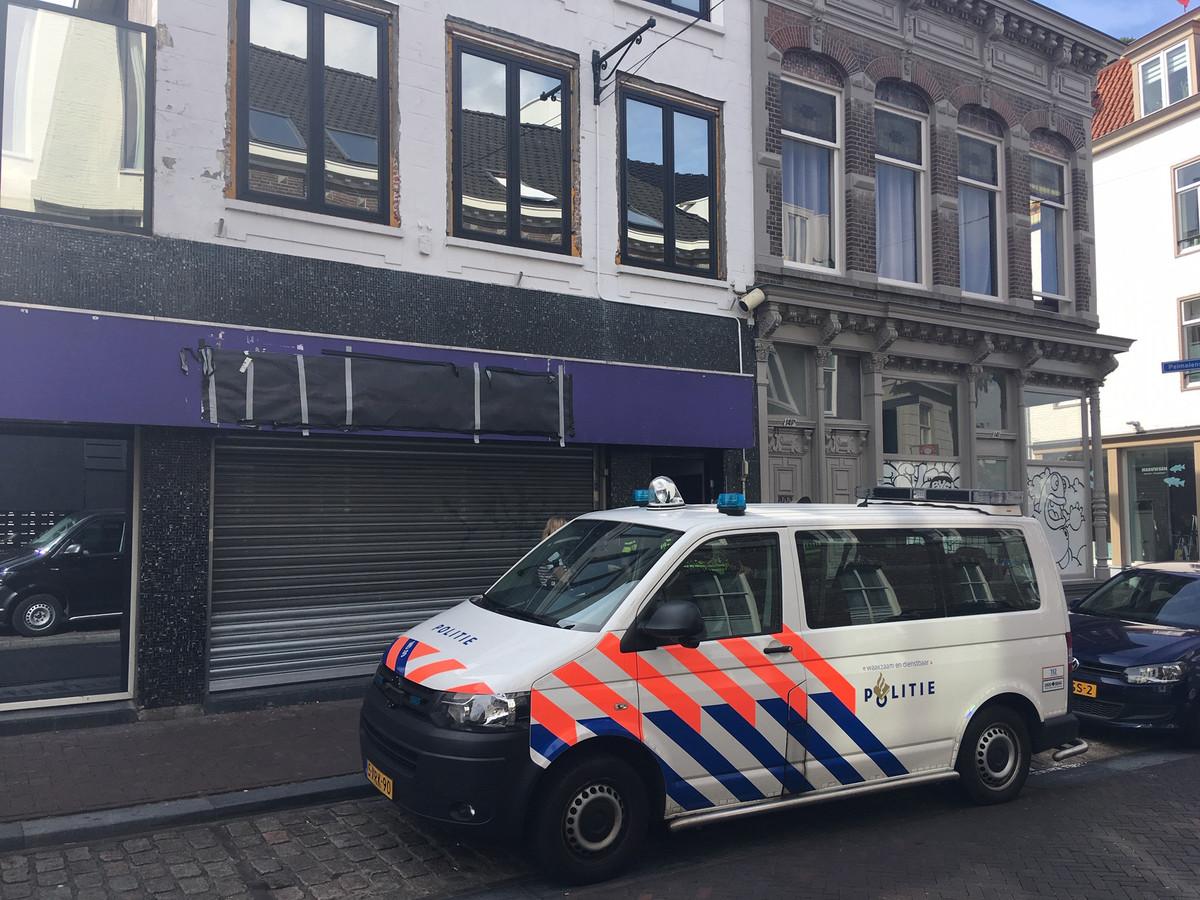 Het pand van het voormalige café, waar de naam van de zaak inmiddels is afgeplakt.