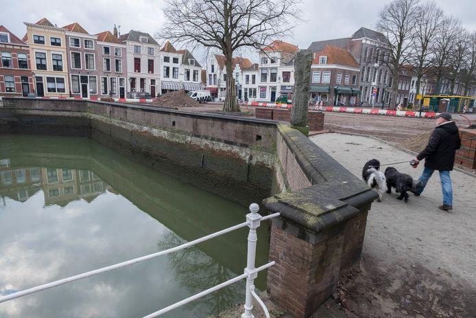 De kademuur van de Oude Haven in Zierikzee op archiefbeeld