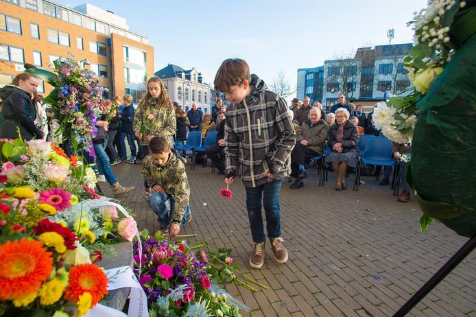 Herdenking voor dwangarbeiders uit de Tweede Wereldoorlog bij het Apeldoornse stadhuis.