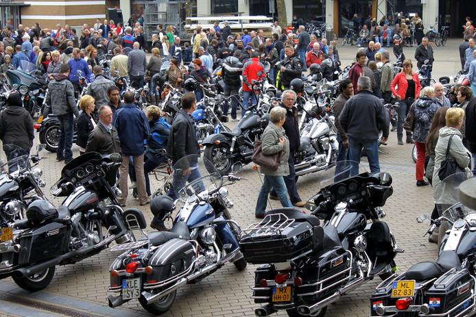 Veel mensen op de been in het centrum waar mooie Harley,s stonden te pronken.Er was wel meer politie aanwezig.Maar kinderen en hun ouders vermaakte zich prima met de draaimolen en er was ook een Dakar truck en een motor aanwezig en de rock muziek klonk in het centrum.