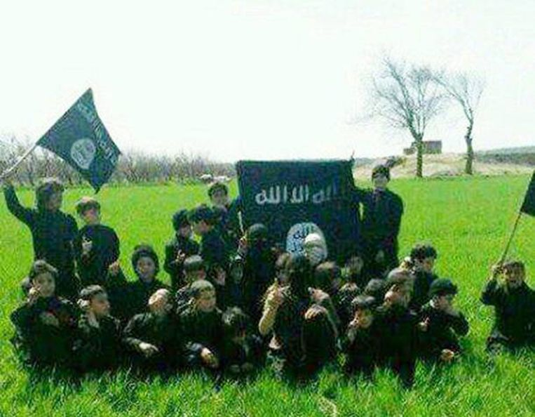 Kinderen in een trainingskamp van IS in Raqqa.