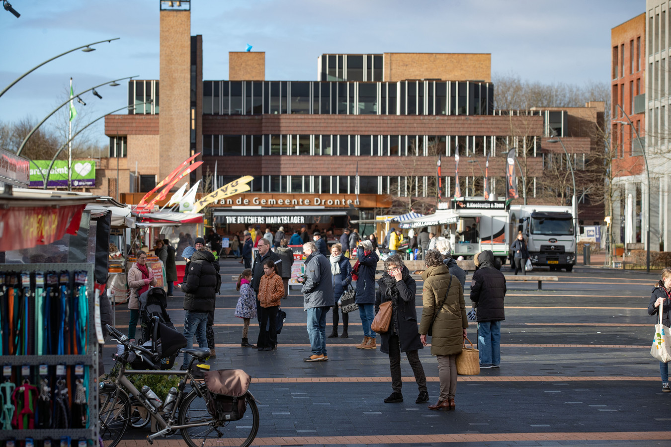 Het is rustig op de weekmarkt in Dronten. Voor een landelijke proef moeten 20.000 inwoners zich laten testen op corona. Dat is omgerekend de helft van de bevolking.