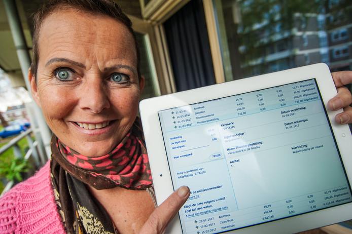 Karina Molendijk met haar polis waar de gesprekskosten van 722 euro op staat.