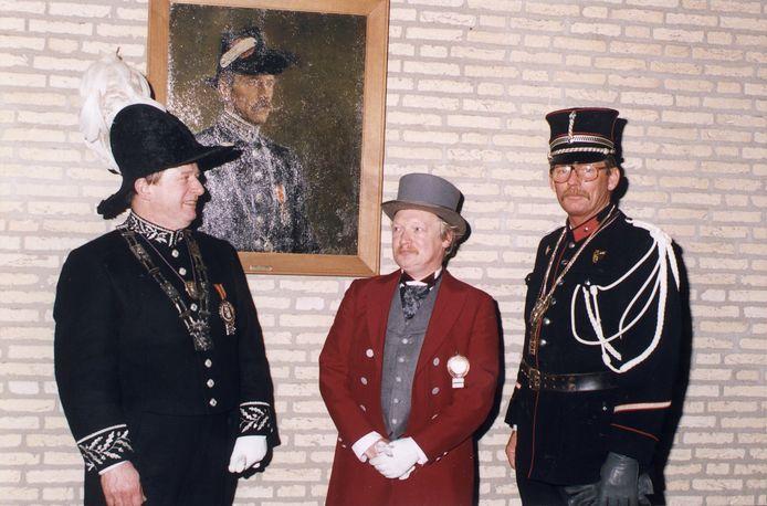De protocollaire 'gezagsdragers' van Federatie Eindhovens Carnaval zo'n twintig jaar geleden: rechts in beeld Veldwachter Flip Raap, met naast zich d'n Assessor Ben de Klerk en links Frans Koch, de tweede D'n Urste Burger van Ouw Eindhoven.