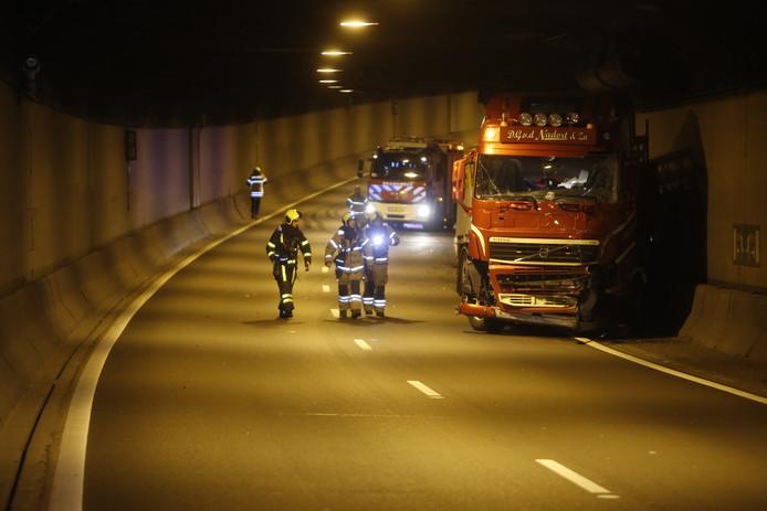 Een vrachtwagen reed in de Drechttunnel tegen de wand.