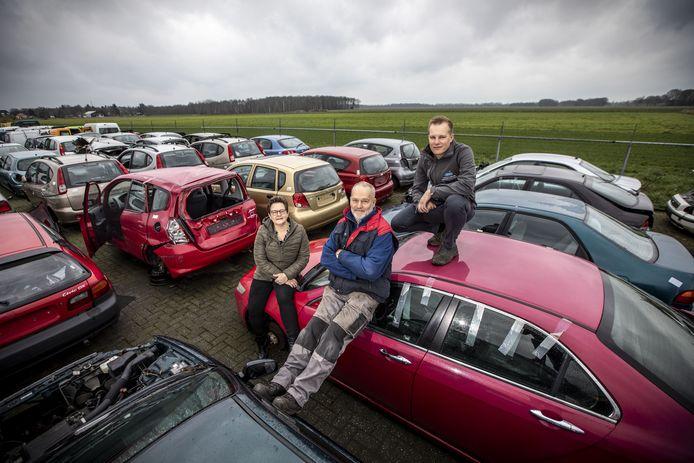 José, Thijs en zoon Jarno wachten al zeventien jaar om hun onderneming, Autodemontagebedrijf Niks, uit te breiden.