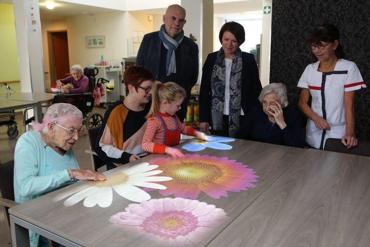 Het toestel kan bijvoorbeeld mooie bloemen op een tafeloppervlak projecteren.