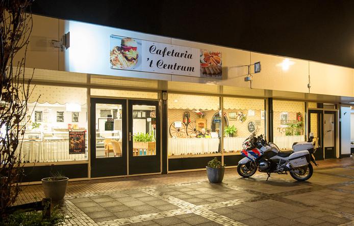 Sint-Maartensdijk - Zaterdagavond is cafetaria 't Centrum op de Haven in Sint-Maartensdijk overvallen. De dader is gevlucht en nog niet gevonden. Iets meer dan een jaar geleden werd deze cafetaria ook al overvallen.