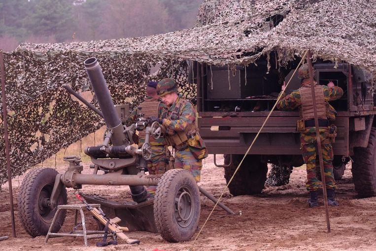 Militairen in actie op het terrein.