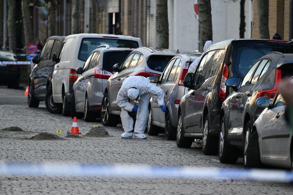 De granaat ontplofte onder deze Opel. Aan de overkant raakte een tiental wagens beschadigd door wegvliegende stukjes metaal.
