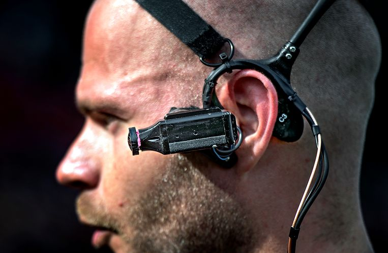 Scheidsrechter Rob Dieperink draagt een camera, aanvoerders een microfoon. Allemaal gedaan om het aantrekkelijk te maken voor Foxsports, dat de wedstrijd uitzendt. Beeld Klaas Jan van der Weij / de Volkskrant