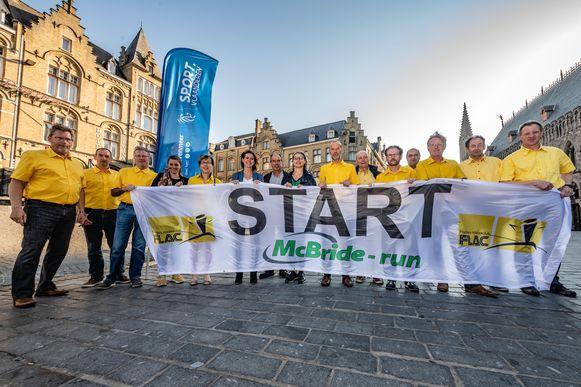 De organisatie van de McBride-Run met burgemeester Emmily Talpe en Poperings schepen Marjan Chapelle.
