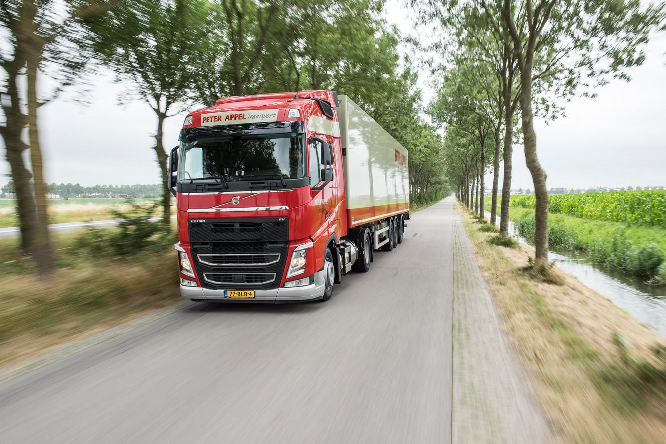 Deze vrachtwagens van Peter Appel Transport zullen vaker in Veghel te zien zijn. Het bedrijf neemt een deel van de activiteiten van Kuehne + Nagel over.