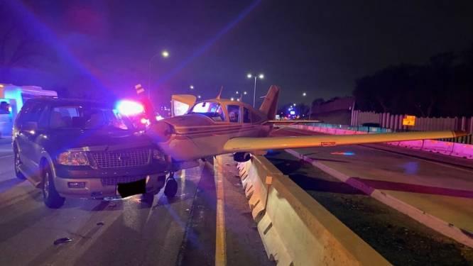 Vliegtuigje landt op snelweg en ramt auto in VS