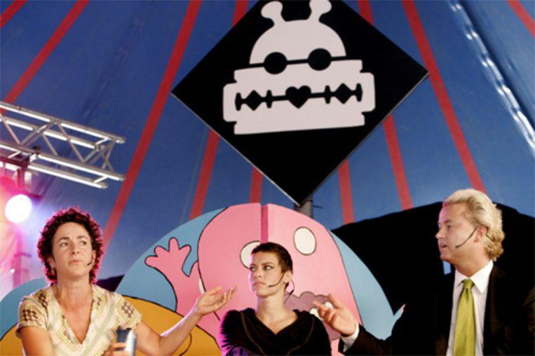 Tijdens het festival Lowlands in Biddinghuizen, met muziek, film en theater, werd zaterdag ook een politiek debat gehouden. Aan CoolPolitics deden Femke Halsema, Ellen ten Damme en Geert Wilders mee (vlnr). (ANP) Beeld ANP