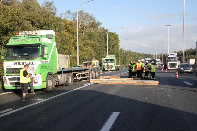 De betonplaten lagen over een groot stuk van de snelweg.
