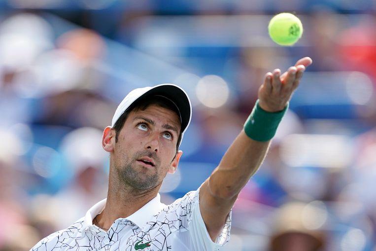 Novak Djokovic serveert in de finale tegen Roger Federer. Beeld null