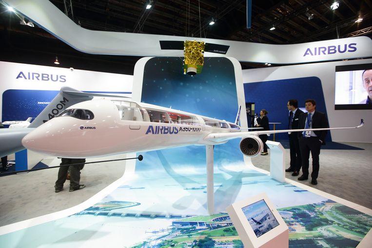 Het nieuwe type A350-1000 van de Europese vliegtuigbouwer Airbus op een luchtvaartshow in Singapore eerder deze week. Beeld Getty Images