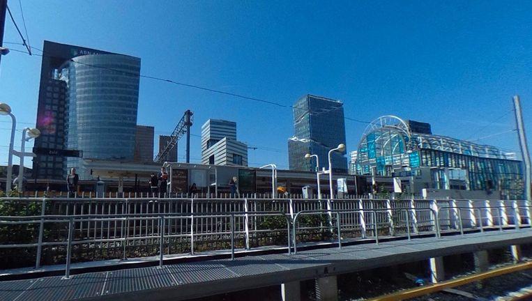 De vrouw stond zondagochtend rond 07.50 uur op het perron van metrostation Zuid. Beeld Google Streetview