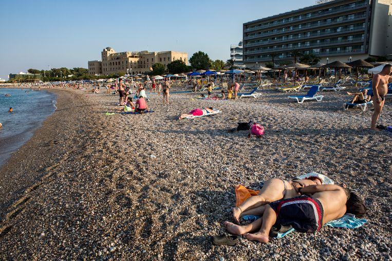 Op het strand van Rhodos-Stad. Beeld Julius Schrank / de Volkskrant