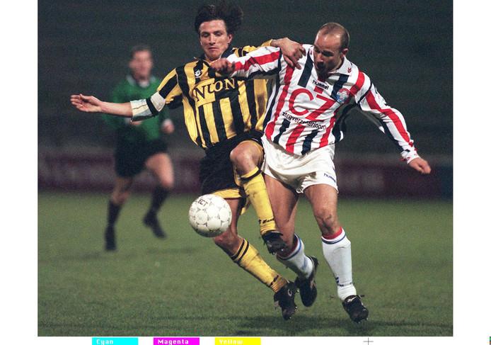 Marco Heering van Willem II (r) in duel met Marc van Hintum op 8 februari 1998.